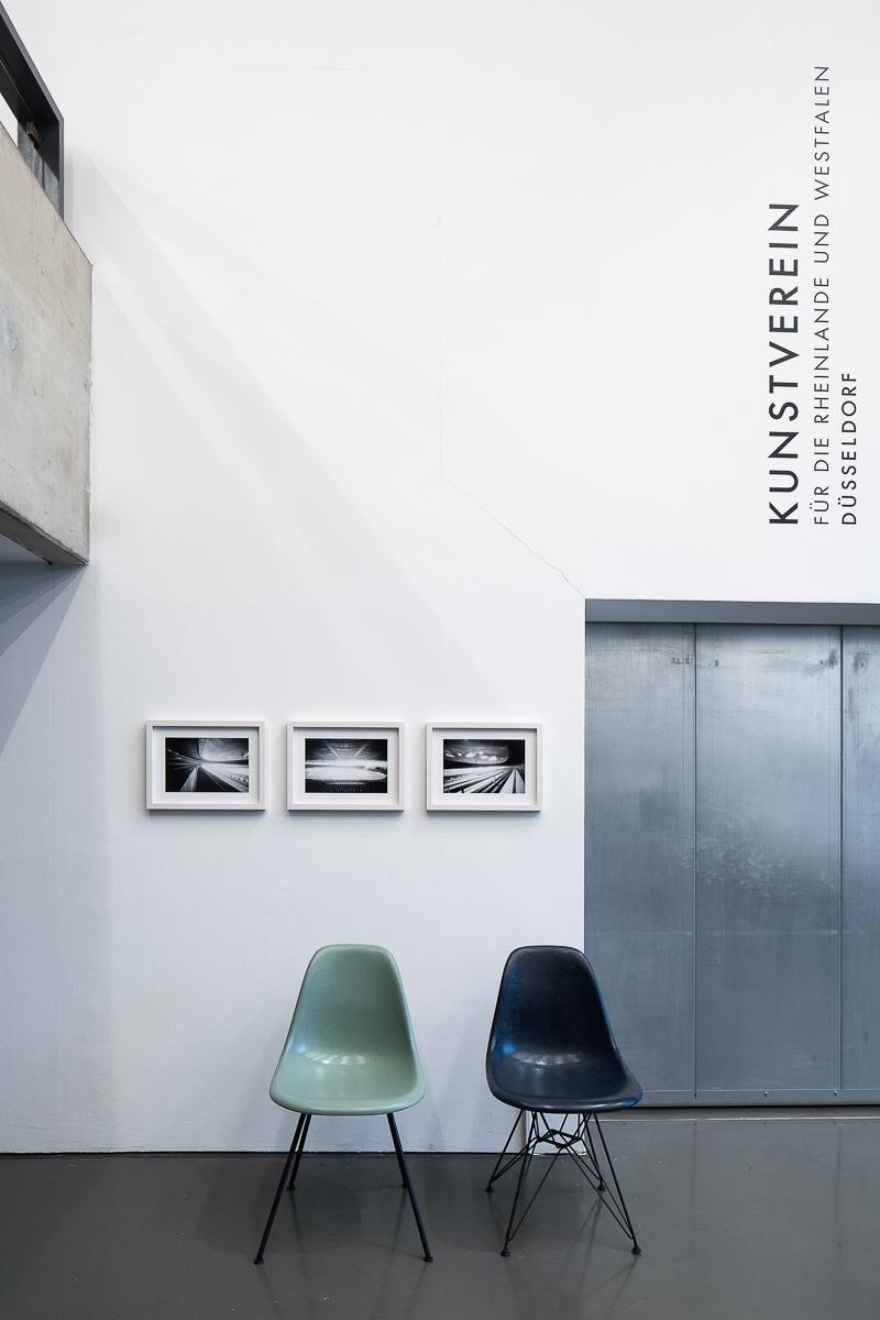 Vitra Stühle in der Kunsthalle vor Edition von Marcus Schwier